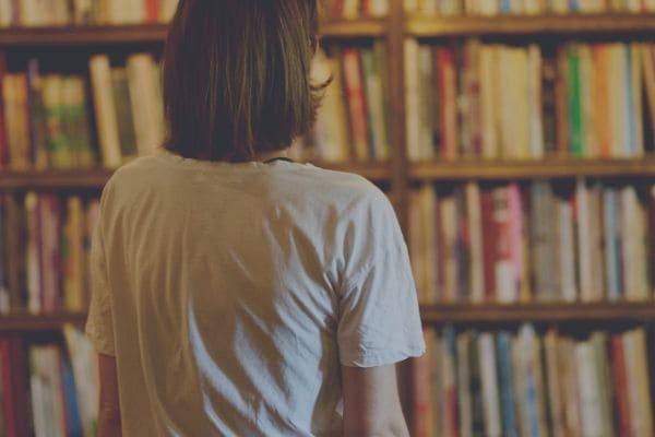 本棚と女性