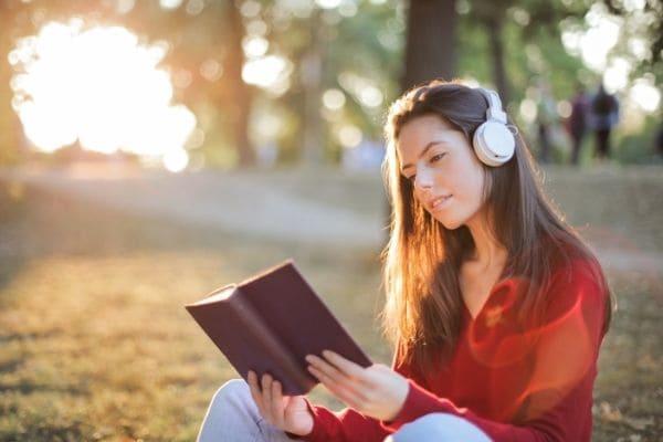 読書聞く女性